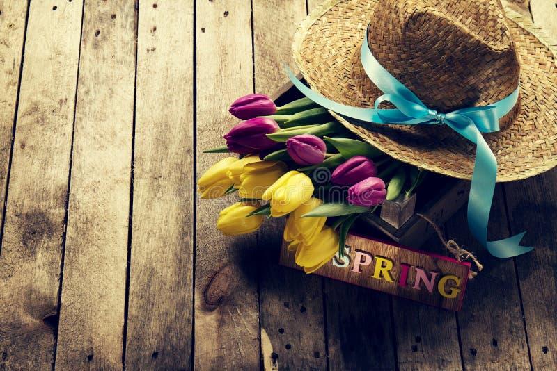 Wiosny, wakacje lub lata pojęcie, Słomiany kapelusz z Pięknym Pur obrazy stock