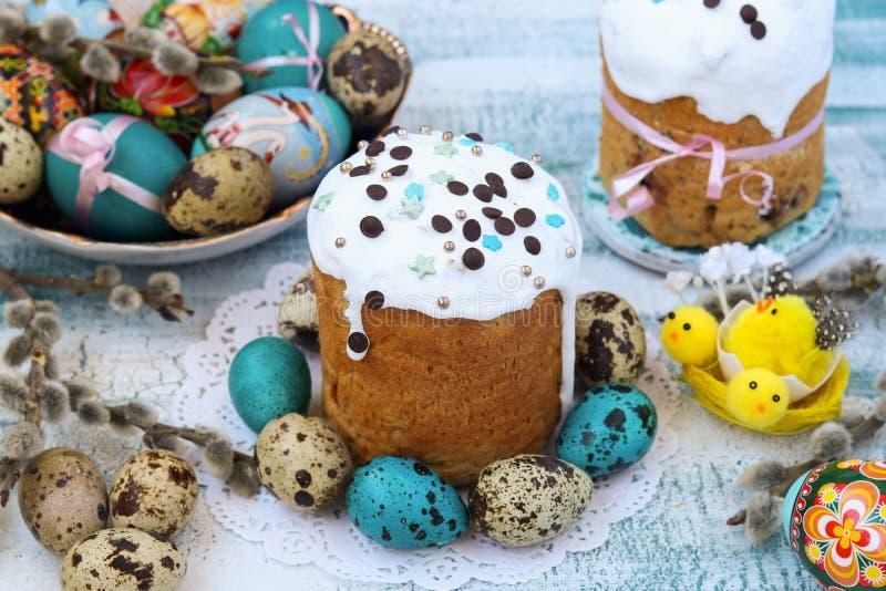 Wiosny wciąż życie wielkanoc torty i malujący jajka fotografia stock