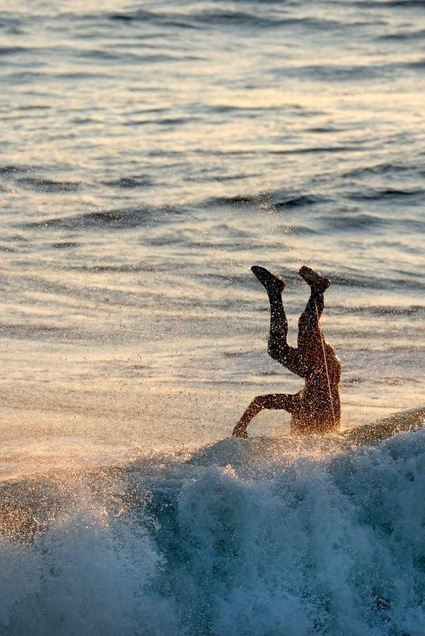 Wipe-out praticante il surfing immagine stock