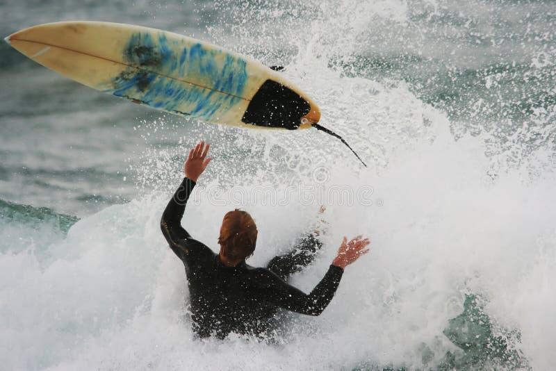 Wipeout praticante il surfing fotografie stock libere da diritti