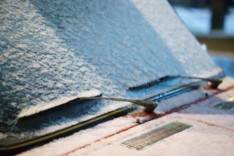 Wiper i windscreen parkujący samochód zakrywający z śniegiem Zakończenie zdjęcie stock