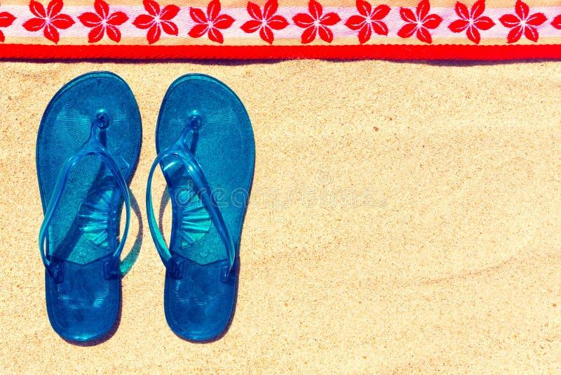 Wipschakelaars en handdoek bij het strand stock foto