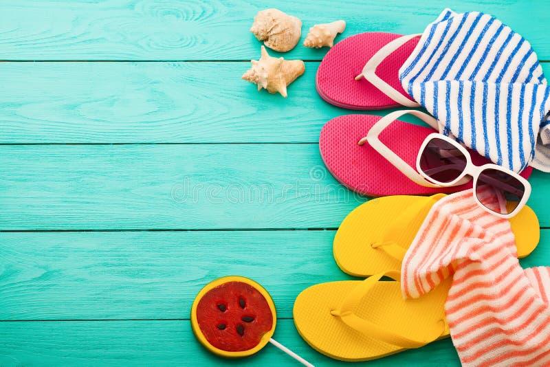 Wipschakelaars, handdoeken en het suikergoedvoedsel van de watermeloenzomer op blauwe houten achtergrond Hoogste mening Spot omho royalty-vrije stock foto