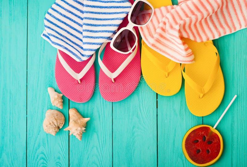 Wipschakelaars, handdoeken en het suikergoedvoedsel van de watermeloenzomer op blauwe houten achtergrond Hoogste mening Spot omho stock foto's