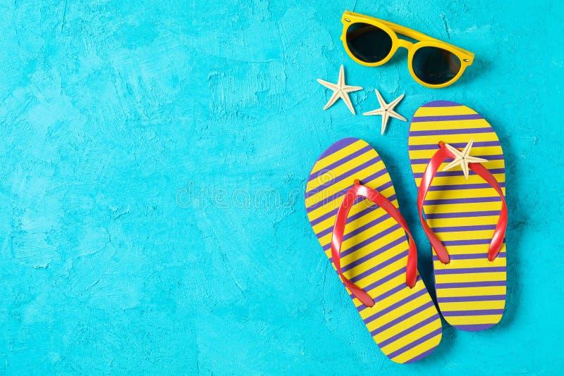 Wipschakelaars, zonnebril en zeesterren op kleurenachtergrond, ruimte voor tekst en hoogste mening De vakantie van de zomer royalty-vrije stock afbeeldingen