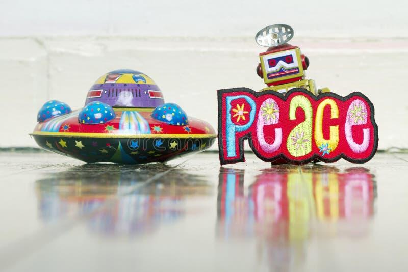 Wir kommen pease in Retro- Roboter und IN UFO-Spielwaren lizenzfreie stockfotografie
