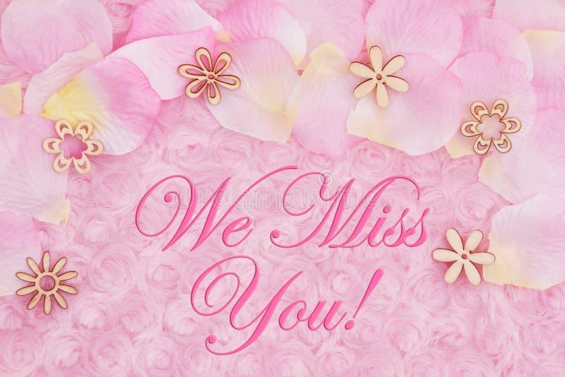 Wir Mitteilung Fräuleins You mit den Blumenblättern einer Blume auf blassem - rosa rosafarbenes Plüschgewebe lizenzfreie abbildung
