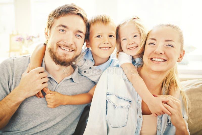 Wir sind die glücklichste Familie in der Welt lizenzfreies stockfoto