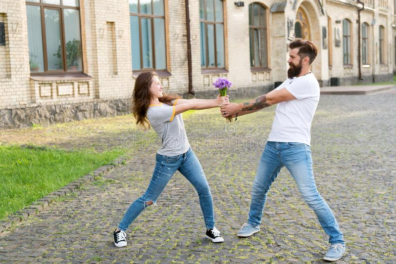 Wir sind stark Junge und Mädchen, die für einen Blumenstrauß kämpfen Romantisches Datum Paare in der Liebe, die Spa? hat Liebe un lizenzfreie stockfotografie