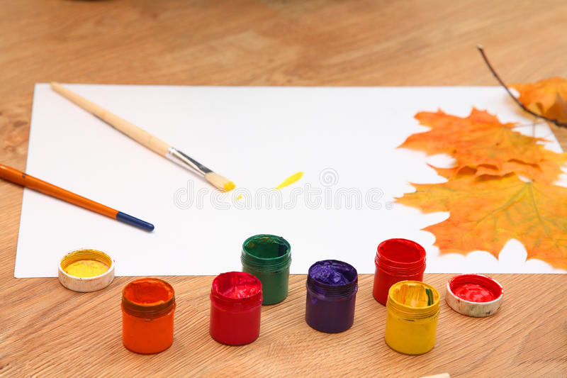 Wir zeichnen Herbst. stockfotos