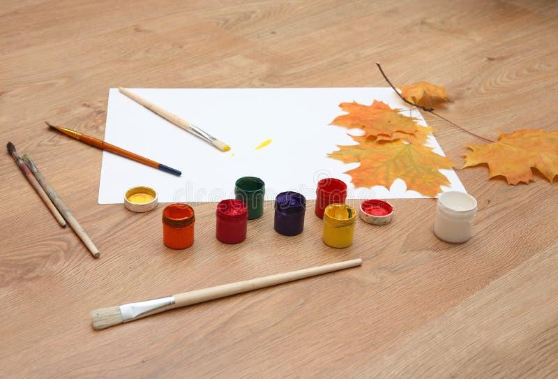 Wir zeichnen Herbst. lizenzfreie stockbilder