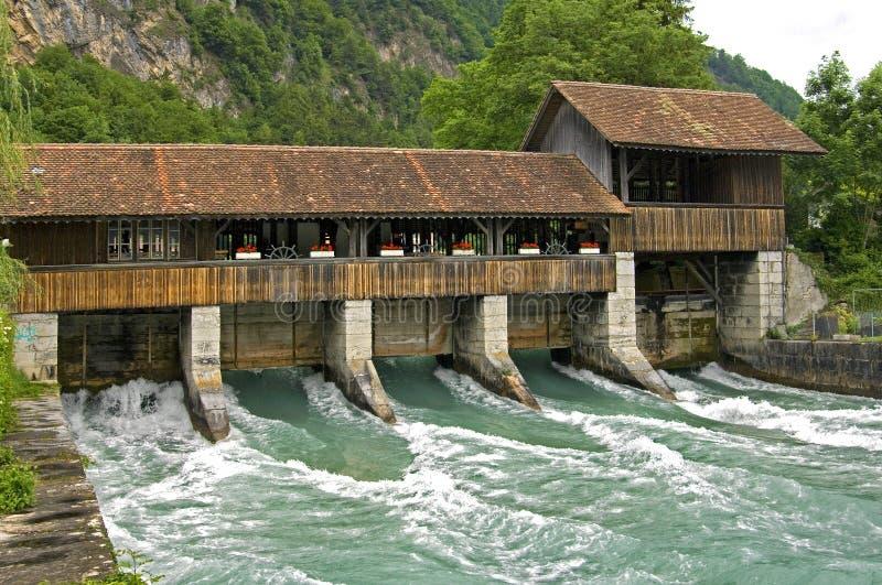 Wirbelnde Masse des Flusswassers unter historischer Schleuse lizenzfreie stockfotografie