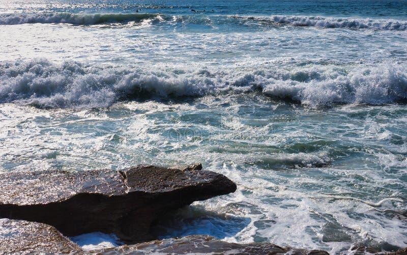 Wirbelnde Wellen des Pazifischen Ozeans, die über Felsen, Sydney, Australien brechen lizenzfreie stockfotos