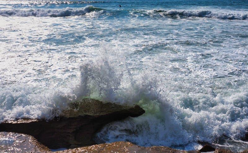 Wirbelnde Wellen des Pazifischen Ozeans, die über Felsen, Sydney, Australien brechen stockfotografie
