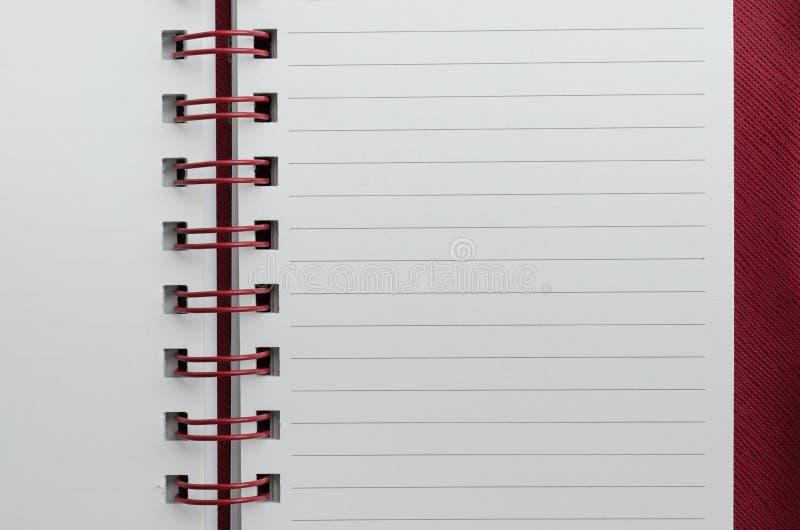 Wirebound anteckningsbok som är öppen med fodrat papper royaltyfri foto
