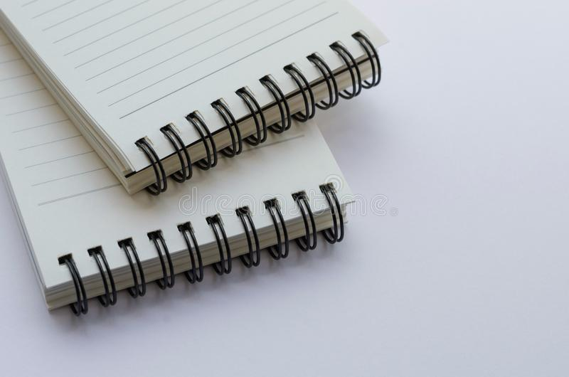 Wirebound anteckningsbok som är öppen med fodrat papper arkivfoton