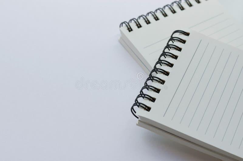 Wirebound anteckningsbok som är öppen med fodrat papper royaltyfri bild