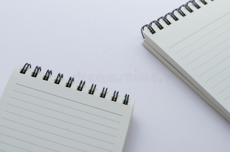Wirebound anteckningsbok som är öppen med fodrat papper royaltyfria foton