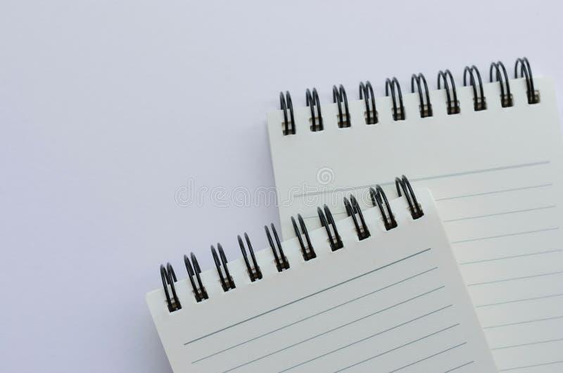 Wirebound anteckningsbok som är öppen med fodrat papper arkivfoto
