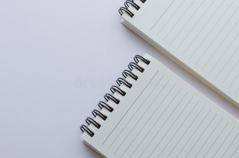Wirebound anteckningsbok som är öppen med fodrat papper royaltyfria bilder