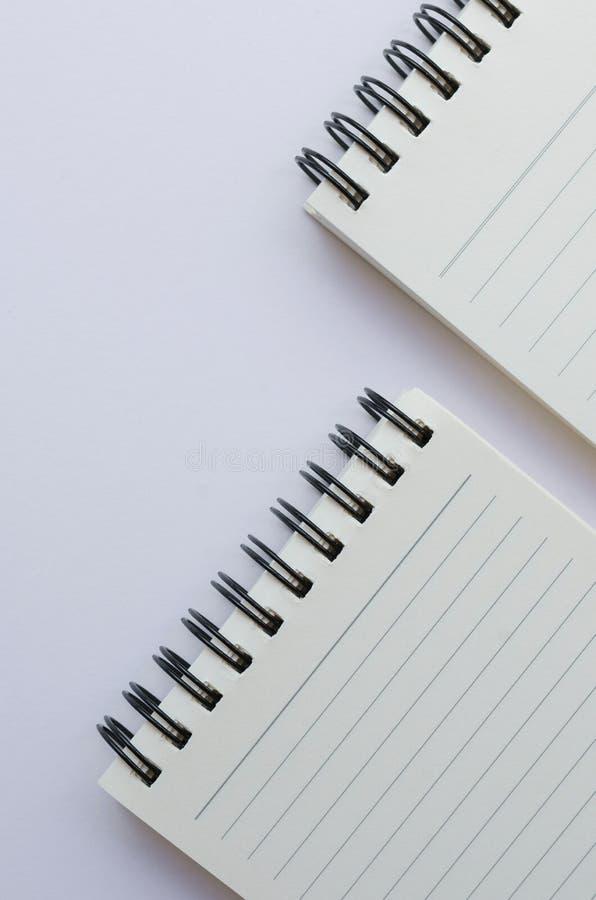 Wirebound anteckningsbok som är öppen med fodrat papper arkivbilder