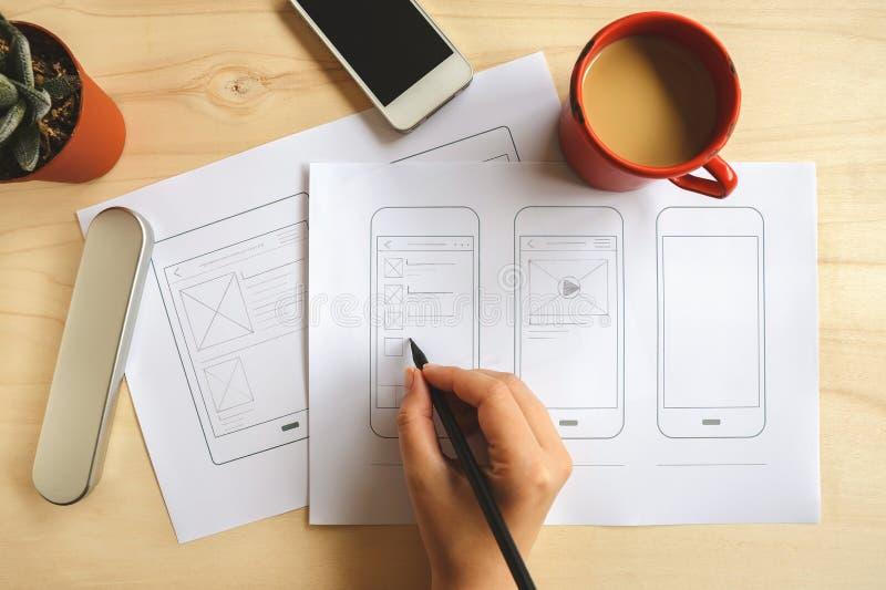 Wireframe de la aplicación móvil del dibujo del diseñador fotografía de archivo