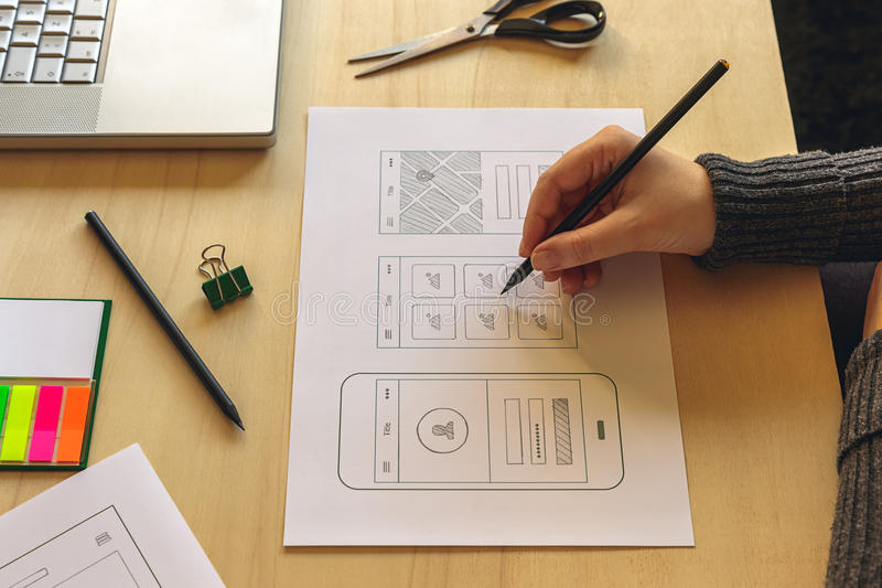 wireframing流动App的设计师 库存照片