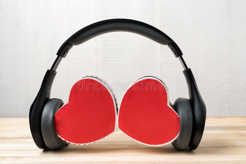 Wireless-Stereo-Headset und zwei Herzwassenkasten Hört auf euer Herz stockfotografie