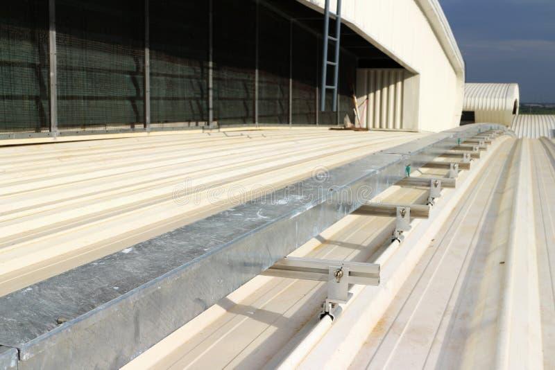 Wireway bonde instalado no telhado da folha de metal da curva fotografia de stock royalty free