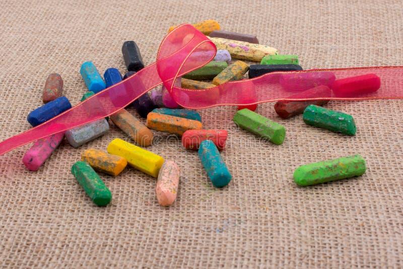 各种各样的颜色蜡笔在帆布的 免版税库存照片