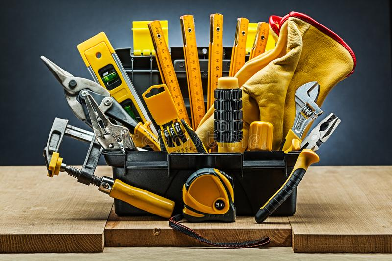 Wirh della cassetta portautensili molti strumenti della costruzione sui bordi di legno immagini stock libere da diritti