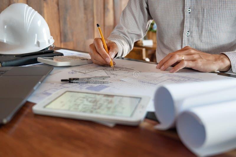 Wirklich-Zustandskonzept, zwei Ingenieur und Architekt, der das Plandatenarbeiten und digitale Tablette an Baugeb?ude bespricht lizenzfreies stockfoto