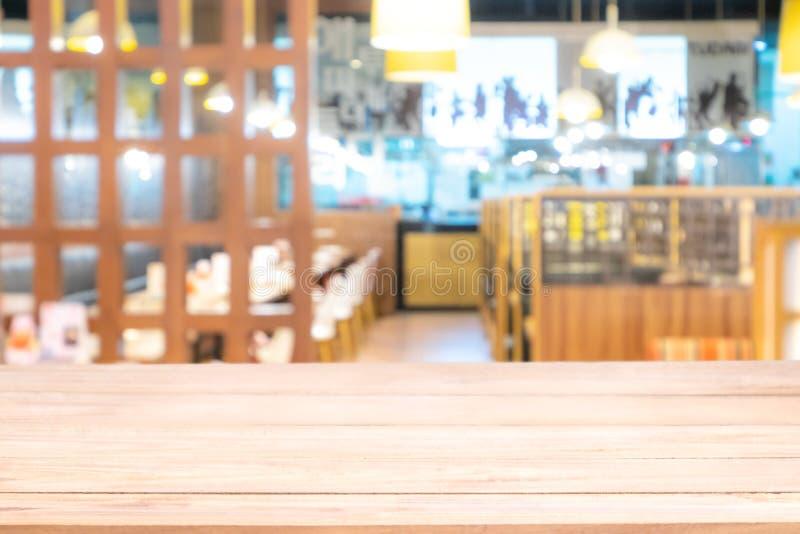 Wirkliche hölzerne Tabelle mit heller Reflexion auf Szene am Restaurant, an der Kneipe oder an der Bar nachts stockfotografie