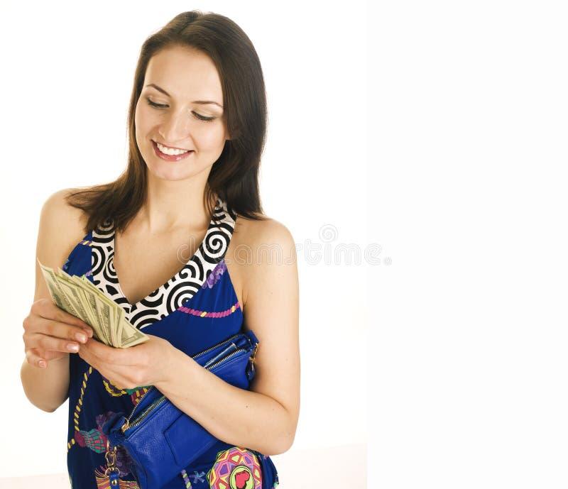 Wirkliche moderne Frau des recht jungen Brunette mit dem Geldbargeld lokalisiert auf dem gl?cklichen L?cheln des wei?en Hintergru lizenzfreies stockfoto