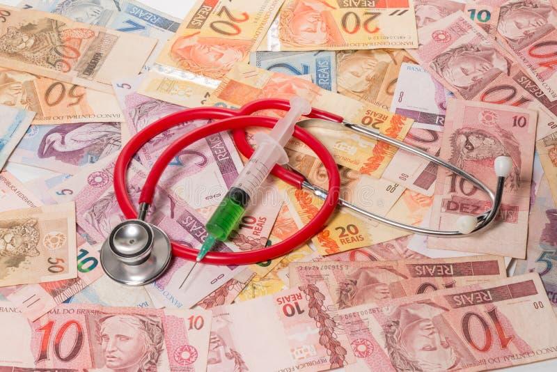 Wirkliche (Reais) Rechnungen mit Stethoskop lizenzfreies stockbild