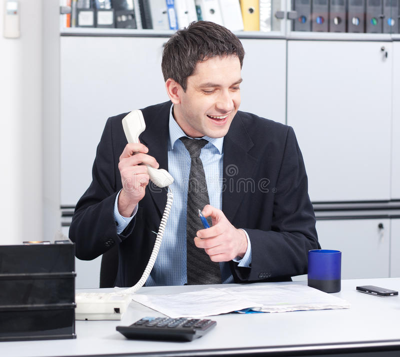 Wirklicher Büroangestellter, der für Kamera aufwirft lizenzfreie stockfotos