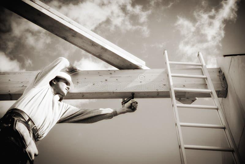 Wirklicher Bauarbeiter auf Baustelle stockfotos