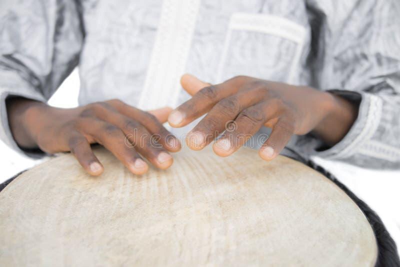Wirklicher Djembe-Spieler, traditionelles Kleid, Senegal lizenzfreie stockbilder