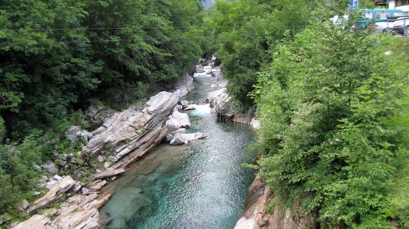 Wirklicher Edelstein in der wilden Natur: Verzasca-Fluss Lavertezzo Verzaca-Tal Die Schweiz-Alpen lizenzfreies stockfoto