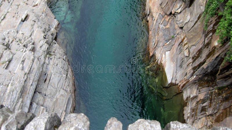 Wirklicher Edelstein in der wilden Natur: Verzasca-Fluss Lavertezzo Verzaca-Tal Die Schweiz-Alpen stockbild