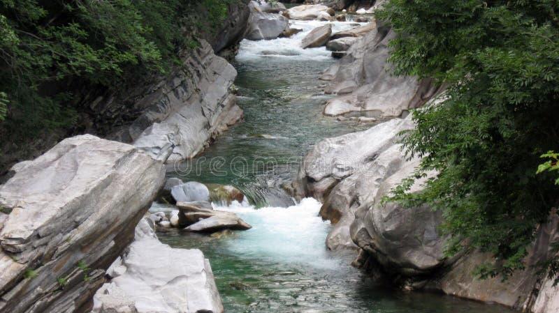 Wirklicher Edelstein in der wilden Natur: Verzasca-Fluss Lavertezzo Verzaca-Tal Die Schweiz-Alpen lizenzfreies stockbild
