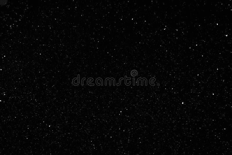 Wirklicher fallender Schnee auf schwarzem Hintergrund lizenzfreies stockfoto