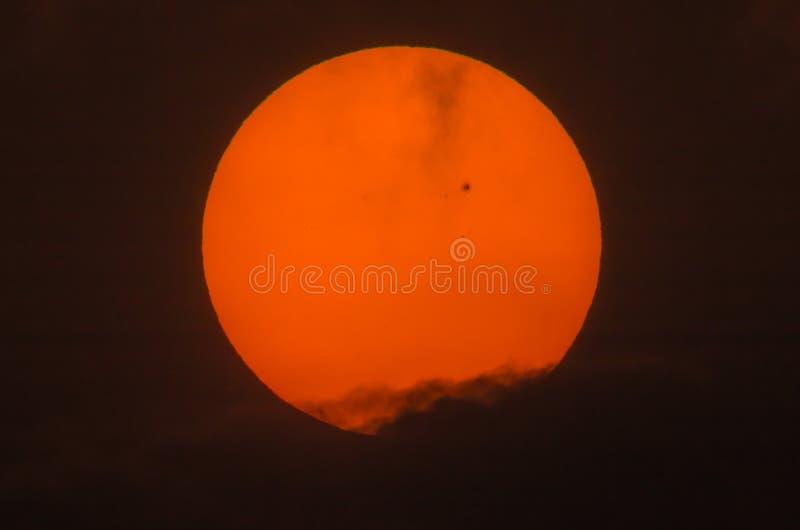 Wirkliches Bild der Sonne mit einer großen Sonnenfleckgruppe lizenzfreies stockfoto
