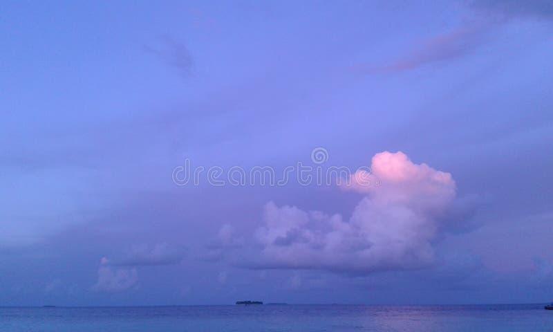 Wirkliches blaues Meer mit Himmel mögen das stockbilder