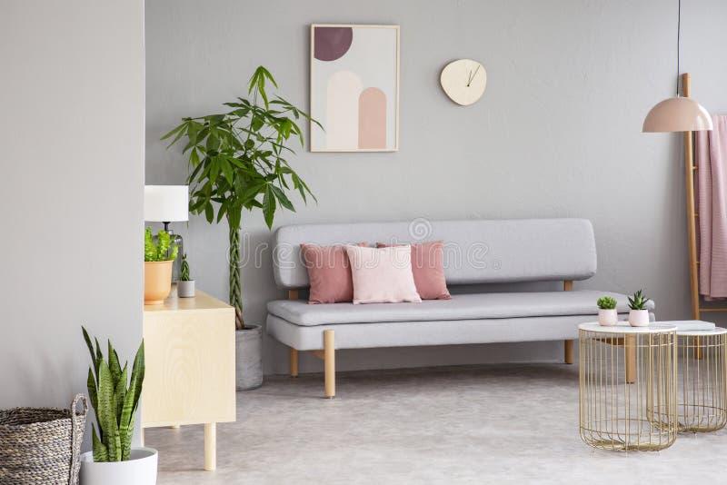 Wirkliches Foto des grauen Wohnzimmerinnenraums mit Aufenthaltsraum mit rosa Cu stockfoto