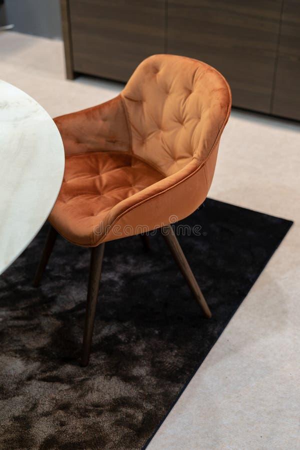 Wirkliches Foto des Stuhls auf Wolldecke im geräumigen Wohnzimmer lizenzfreies stockbild