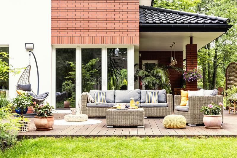 Wirkliches Foto einer schönen Terrasse mit Gartenmöbeln, Anlagen stockbilder