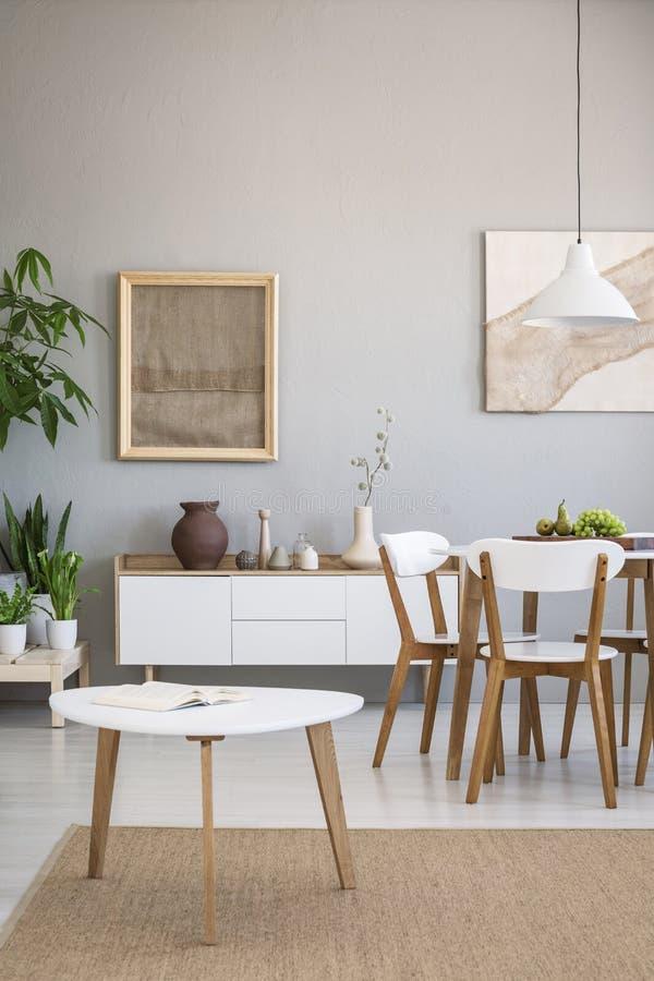 Wirkliches Foto eines Esszimmers des offenen Raumes mit Holztisch und ch lizenzfreie stockfotos