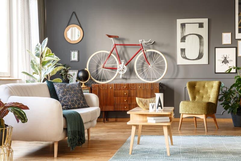 Wirkliches Foto eines gemütlichen Wohnzimmerinnenraums mit bequemem Whit stockfotos