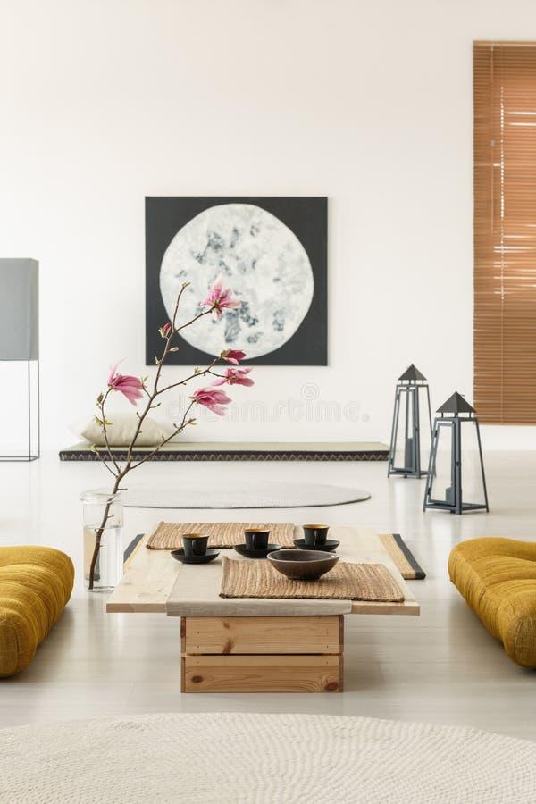 Wirkliches Foto eines japanischen Rauminnenraums mit tatami Matten, Tabelle, stockbild